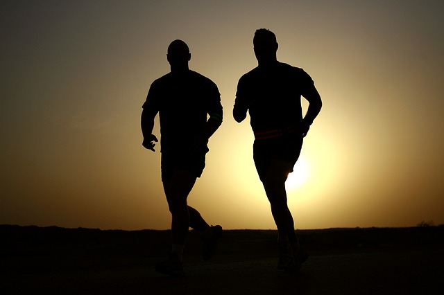 ジョギングをする二人の男性