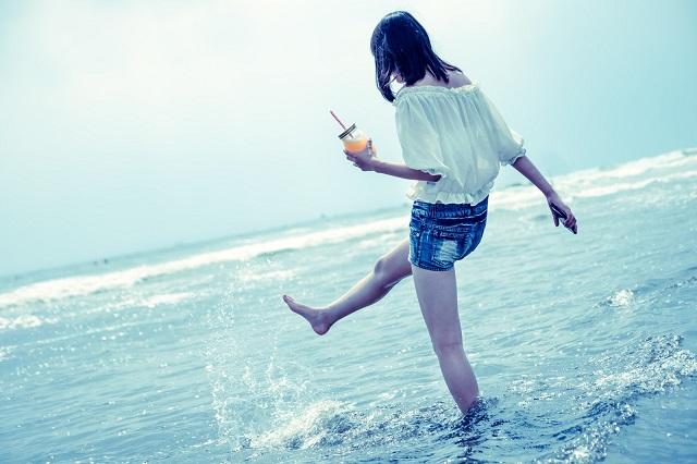 海で遊ぶ女性の後ろ姿