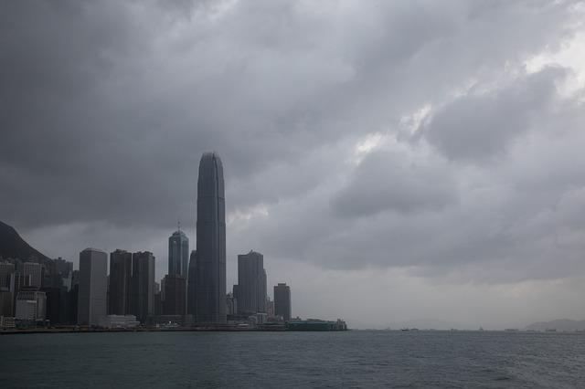 台風が接近してきた海辺の都市