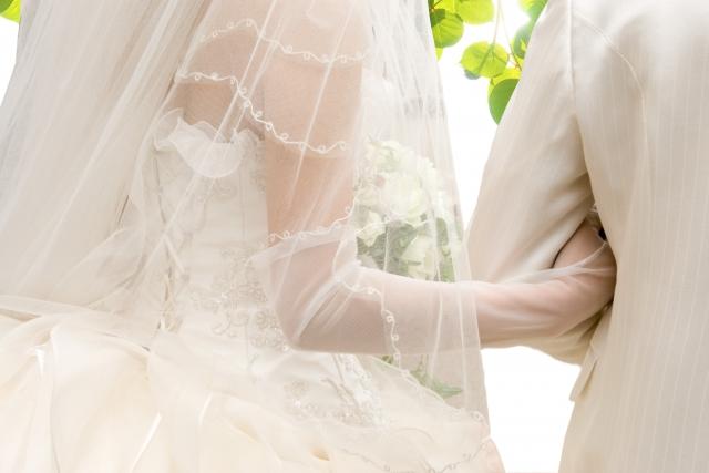 結婚式で腕を組む新郎新婦