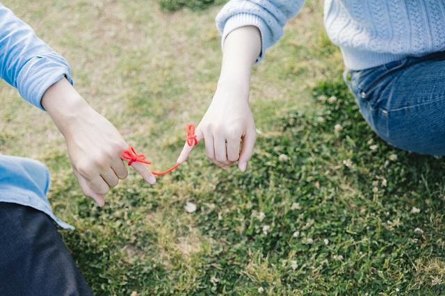 赤い糸でつながった男女