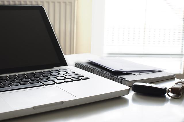 デスクの上のノートパソコン