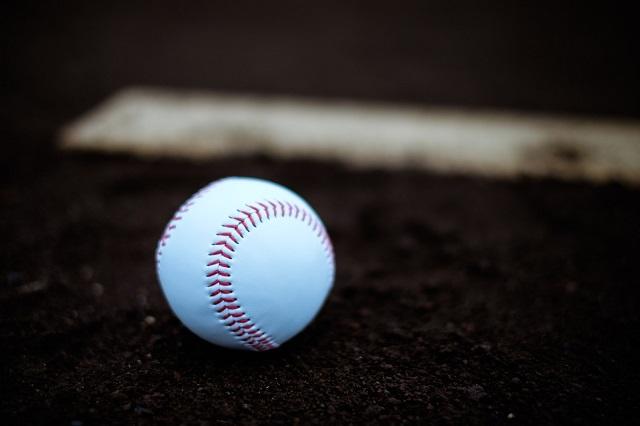ピッチャープレートと野球ボール