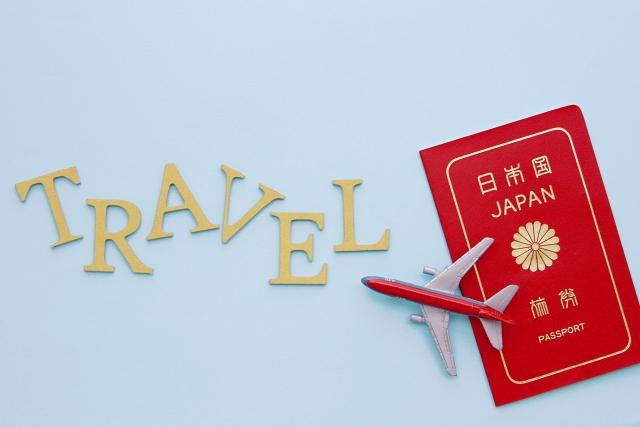 TRAVELの文字と飛行機とパスポート