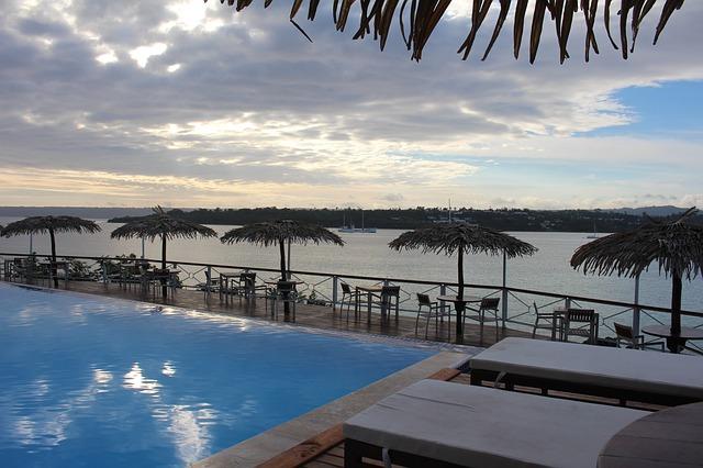バヌアツ共和国のリゾートホテルのプール
