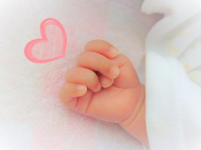 赤ちゃんの手とハート