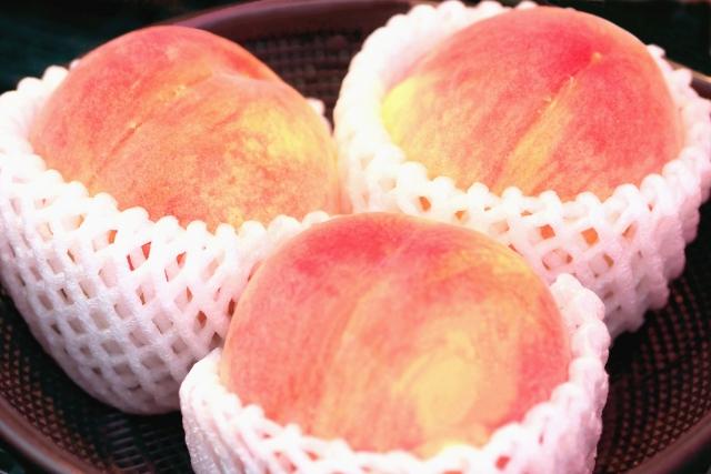 3つの美味しそうな桃