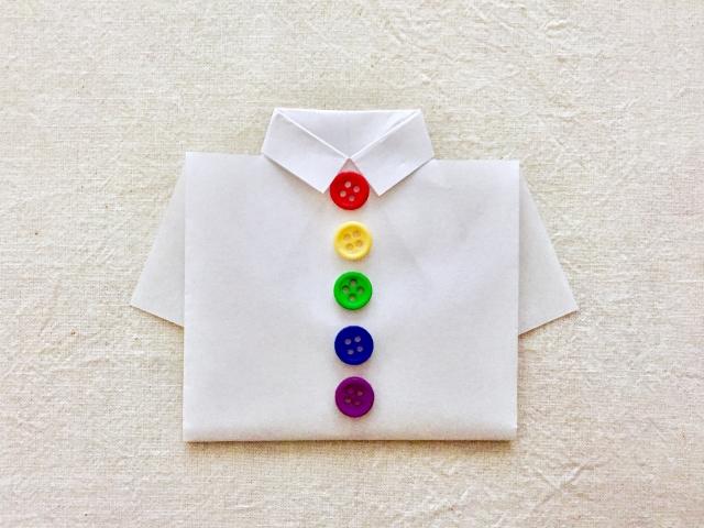 カラフルなボタンの白いシャツ