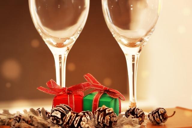 2つのグラスとクリスマスプレゼント
