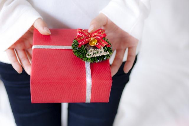 彼氏へのクリスマスプレゼントを持つ女性