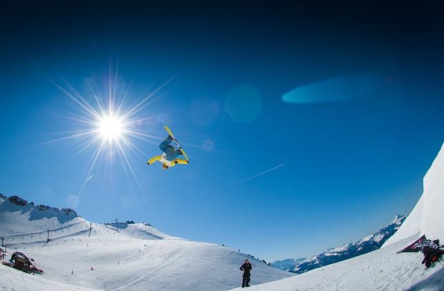 スノーボードでジャンプする男性