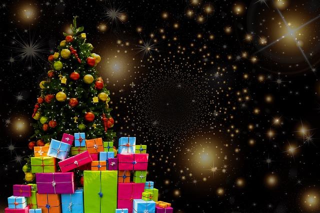 クリスマスツリーとたくさんのプレゼント