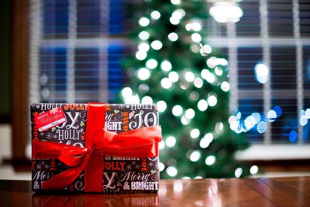 家の机の上に置かれたクリスマスプレゼント
