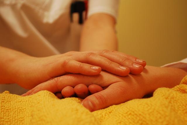 手を握る女性