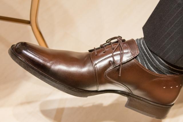 革靴を履いた男性の足