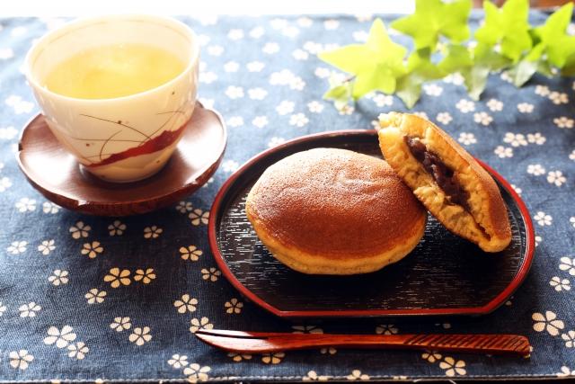 和菓子のどら焼きとお茶
