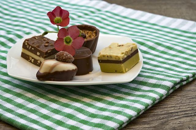 お皿に飾られたチョコレート