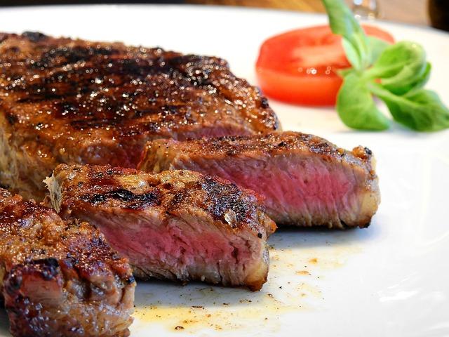 美味しそうに焼かれたステーキ肉