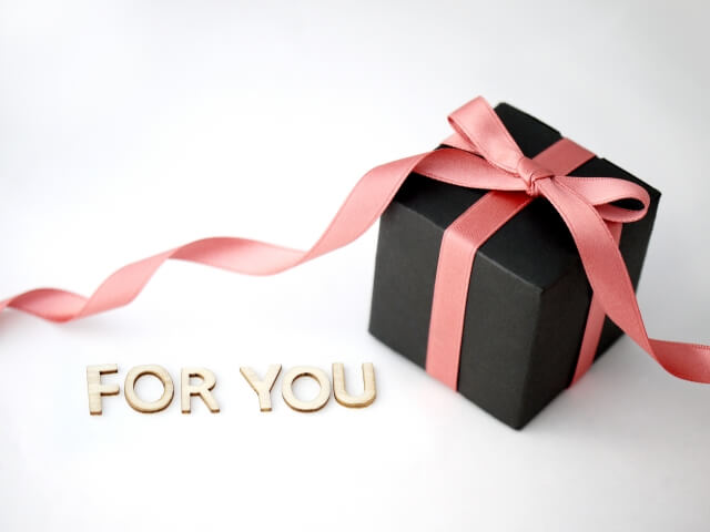 プレゼントの入ったギフトボックスとFORYOUの文字