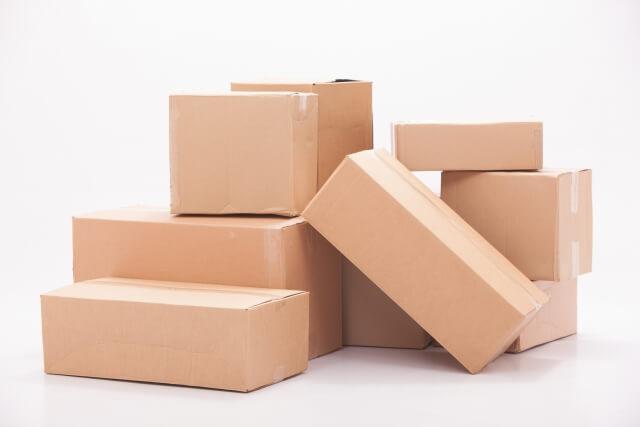 積まれたダンボールの箱