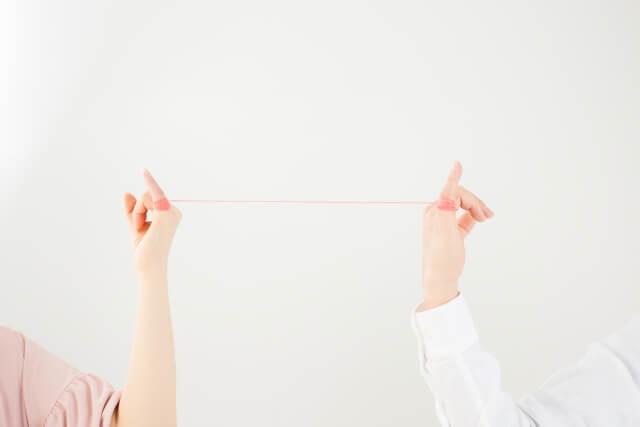 男女の小指に繋がった赤い糸