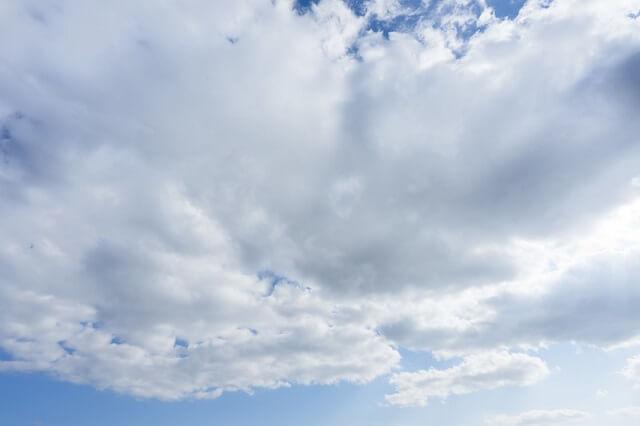 雲が多い空