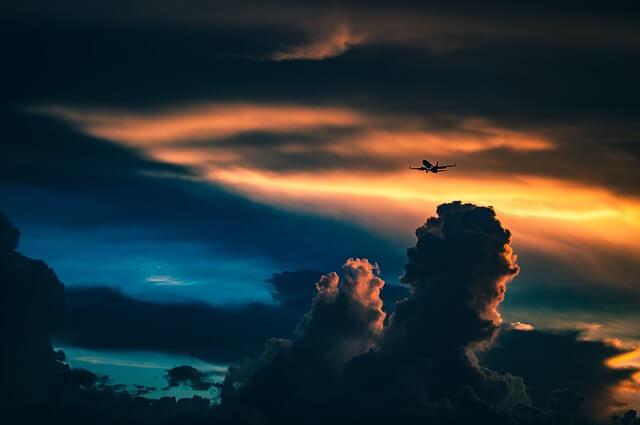 曇っている空を飛ぶ飛行機