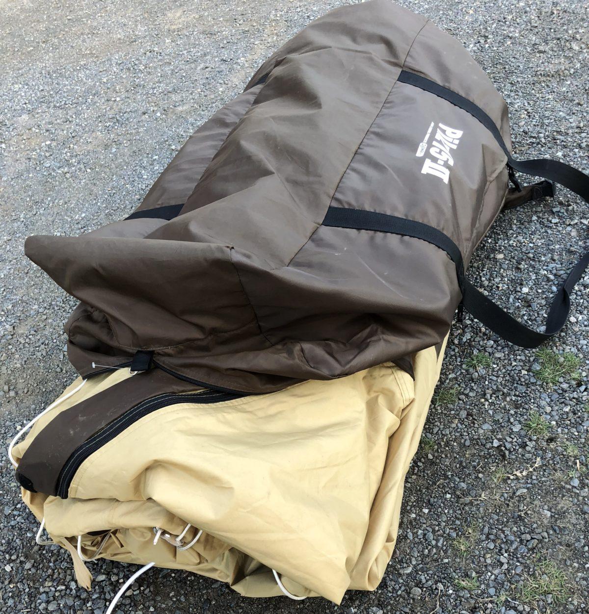 テントに収納袋を被せる