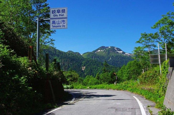 安房峠から眺めた飛騨側の景観