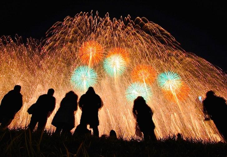 犀川の河川敷が花火見物の一等地