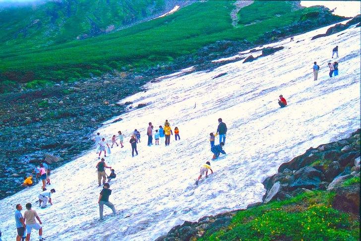 乗鞍大雪渓での雪遊び(季節によって年によって雪の量は異なります)