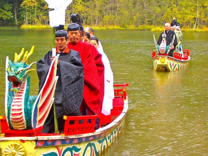毎年10月8日に斎行される『穂高神社奥宮例大祭(明神池御船神事)』