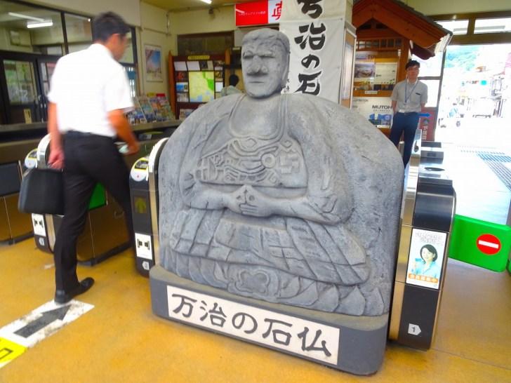 下諏訪駅の改札には万治の石仏のハリボテが