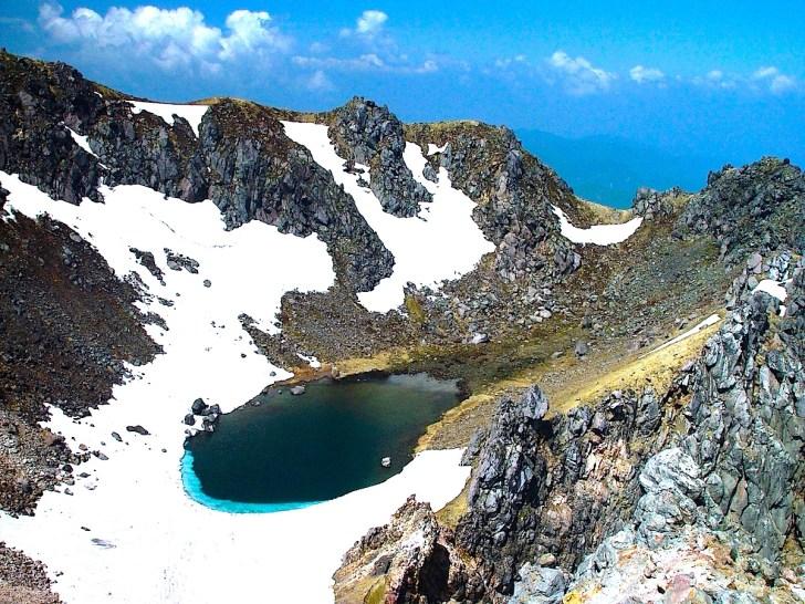 焼岳山頂(北峰)から火口湖・正賀池を見下ろす