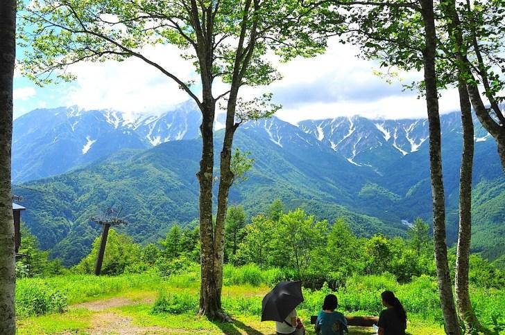 岩岳山頂から白馬三山を眺望。午後には稜線が雲に隠れることが多いので注意