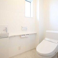 1階トイレは手洗いカウンター付に