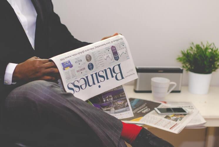 ビジネス新聞を読む人