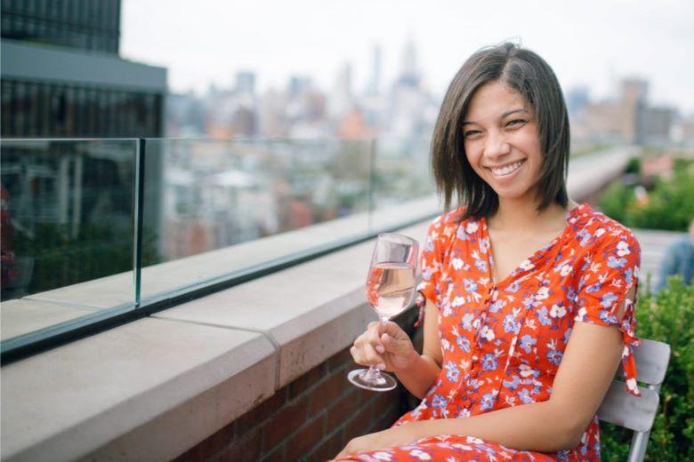 建物の屋上で優雅にほほ笑む女性