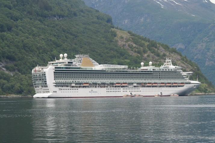 Friend ship: Azura at Geiranger