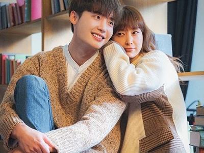 Dan-yi and Eun-ho in Romance Is a Bonus Book