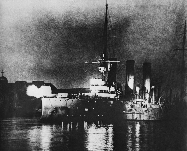 Cruiser Aurora fires at Winter Palace