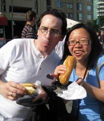 手中的是Kobe Beed Hotdog, 看我得多开心!(注:身边的是朋友,不是Ed !!) ---photo by littleladylove