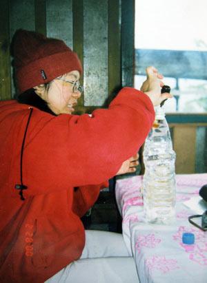 我正用碘来处理水以饮用,可是不知道为什么我当时的表情这么古怪?!哈!