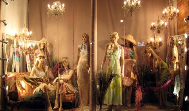 其中一间服装店的display window