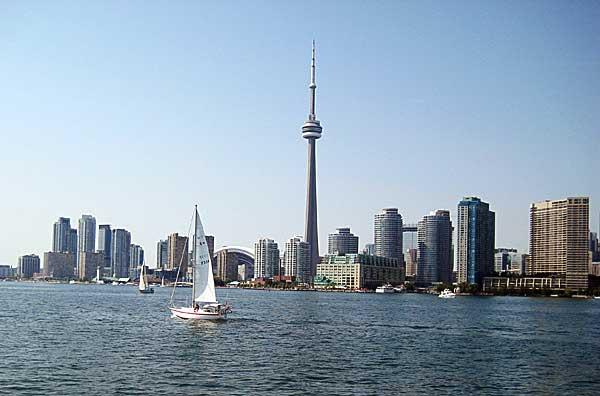 坐在渡轮上,记得回头看看多伦多市景。