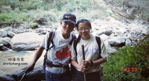 之前我已贴过我的背夫的照片,这位则是我的徒步向导。突然发现,他穿的衣服是加拿大的枫叶!!哈哈!