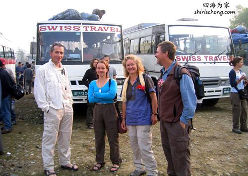 这张照片是Ed第二次去安娜普纳徒步时拍的。后面的巴士是他坐的巴士,属中型巴士。而我坐的,没拍到照片,较大较舒服,属豪华型。