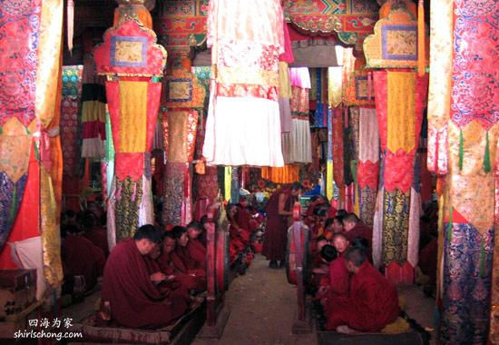 我和Ed在中甸 (中国) 走进了一间喇嘛院