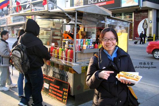 多伦多市内很多这类的热狗档,一个才两、三加币,可当一顿午餐吃。