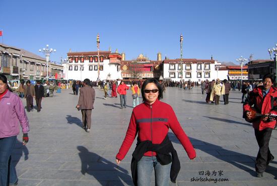我在拉萨自助游时,得了高山症又泻肚子,还好有Ed看顾。看这张相片,我强颜欢笑。如果你拿这张相片和其他中国自助游时的相片相比,你会发想我瘦了一环。(拉萨,西藏)